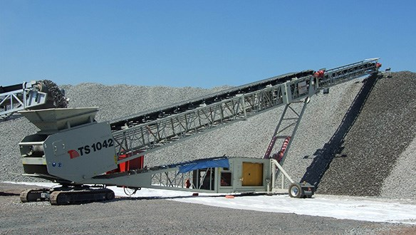 Telescopic conveyor system stockpiling aggregates